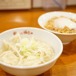 餃子の福包 - 山海スープ餃子 (¥290)、そぼろ温玉ご飯 (¥250)