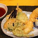 つるや - 特大海老天・キス天梅の香・野菜3種!【天ぷら盛り合わせ】