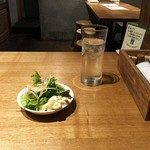 97618980 - 【日替りランチ \700】サラダとお冷