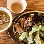 カオマンガイバザール - タイカレー、イエローカレー、サラダ、炒め物、パクチー