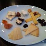9764833 - チーズ盛り合わせ 山羊の乳からつくったものやら、長期熟成したものまで