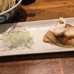 Meigenso - トッピングの豚チャーシュー、鶏チャーシュー、支那竹、白髪ねぎ