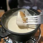 ワイン×チーズ料理専門店 チーズチーズカフェ - ジャガイモをトプン(chee喰っていいよ!)