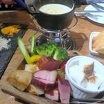ワイン×チーズ料理専門店 チーズチーズカフェ - こだわりチーズに火をつけ→
