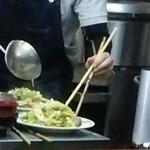 緑亭 - 野菜炒め調理中。量がすごっ!