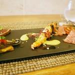 97656568 - 前菜3種盛り:サンマの炙り なすのマリネ、藁で燻製した鰹 魚醤タマネギ、軽くソテーした三河産車蝦 ピスタチオソース、ミラノサラミ、イベリコ豚のサラミ、スペインの生ハム