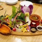 チャヤ ナチュラル&ワイルドテーブル - ダッチオーブンやいろいろな料理法で自然栽培のお野菜が愉しめるナチュラル&ワイルドテーブルバーニャカウダプレート