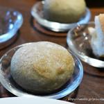 ビストロ オレイユ - バゲットと自家製丸い紫蘇のパン