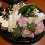 地鶏と個室居酒屋 よし河 -  名古屋コーチンのすき焼き鍋税抜1590円(写真は2人前)