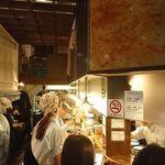 97675787 - 店内は、高い天井にコンクリート打ちっ放しの壁。