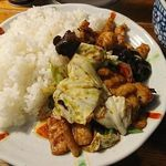 97675789 - 丼ではなく平たい皿に盛られている。
