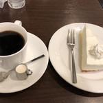 マドンナー - レアーチーズケーキとホットコーヒーのセットで600円