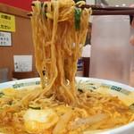 日高屋 - 期間限定のチゲ味噌ラーメン610円麺アップ