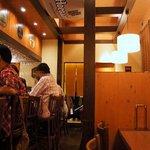 ビアカフェ・バーレイ - カウンター席の中が調理場となっています。 カウンターの後ろがテーブル席となっていますよ。 左側に2組、右側にも2組あります。