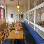 生パスタの店 Poco a Poco - 店内はテーブル席が並んでいます