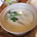 Sukhontha Cafe - トムカーガイのアップ。辛くないので食べやすい。