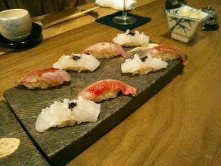 切り札 町田 - 最初の握りは白烏賊に烏賊墨の何かを載せて&金目鯛柚子胡椒。