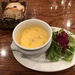 97690735 - ランチのスープとサラダとパン