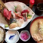 97692893 - 「おまかせ刺身盛り合わせ定食」1680円+「あら汁」200円
