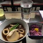 久村の酒場 - ショーケースから、ヤリイカ煮、もって菊、焼酎お湯割り