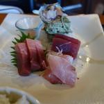 三崎「魚市場食堂」 - マグロ(赤身、中トロ)、サザエ、金目鯛