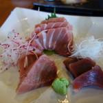 三崎「魚市場食堂」 - 南マグロ(赤身、中トロ、大トロ) 大根の付け合わせにも種類が、三浦半島だから?