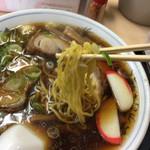 大石家 - 麺はオーソドックスなちぢれ中太麺