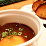 テンアンドハーフカフェ - 和牛すね肉の赤ワイン煮込みに付くソースとバケット
