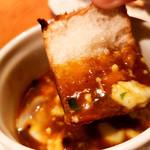 テンアンドハーフカフェ - 和牛すね肉の赤ワイン煮込みに付くソースにバケットを付けてみました