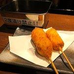 とり料理と旨い酒 GOTEN - 串揚げ(うずら玉子とチーズ)