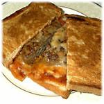 珈琲と鳩時計の店ロンドベル - とろけるチーズとハンバーグのピザ風バウルー
