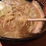 王龍ラーメン - 若干ブれてるが麺はこんな感じ ちょい硬で味のあるタイプ