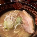 王龍ラーメン - 若干ブれてるが焼豚は食べやすいタイプ 白ネギがスープと良くマッチ