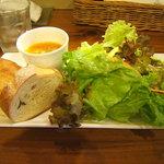 ランピオーネ - パンとサラダ