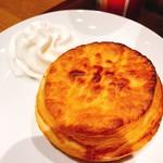スターバックスコーヒー - 料理写真:バターミルクビスケット+ホイップクリーム