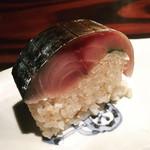 97722038 - トップバッターは鯖寿司、白ゴマがアクセント。硬めのご飯がとても合いますね