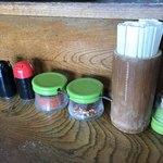 手打ちうどん しげ - 醤油・ソース・一味・七味 箸・爪楊枝  卓上の常備品