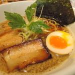 umaimennihafukukitaru - 和歌山角重醤油の上品な香りと円やかな口当たり  大胆に響くニボニボ煮干し感  深みのある旨味、プリプリ甘味を伴う背脂  それらを支える適度な厚みの清湯スープ