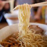 麺場 ふうらいぼう - ゆるいウェーブがかかった中太麺