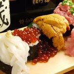 はやし水産 - なんですかこれは!はやし水産名物の 「豪快こぼれ寿司 1280円」 です。