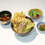 天ぷら新宿つな八 - 旬野菜の天ぷら五種とかき揚げの入った『季節の野菜天丼』