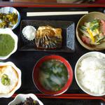 田園の風景 - 田園の風景定食は小皿料理(小鉢)を3皿選べますが、追加は1皿100円だそうです。