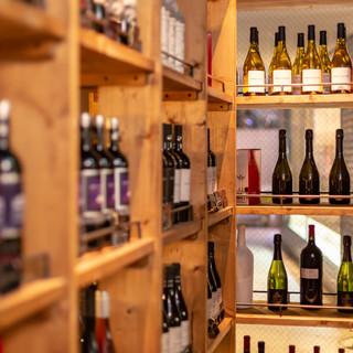 店内に並ぶ、100種類以上のワインお選びください。