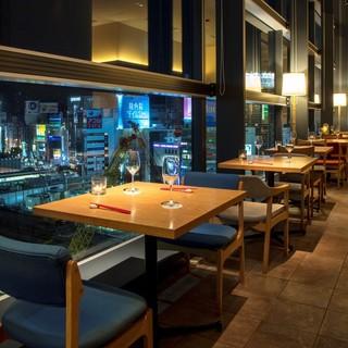 7階から渋谷の夜景を展望、窓側の特等席