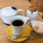 めのもっそ - ドリンク写真:コーシーとポットと茶菓子と砂糖