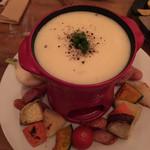 97777874 - おかゆチーズフォンデュ(880x2 = 1760円) 野菜やウインナーがたっぷり