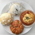 97779406 - 上 黒豆パン税抜160円、左 しっとりメロンパン180円、ベーコーン180円、かぼちゃパン170円♤写真なしですがフレンチウィンナー180円やミルキー190円もここのパン好きです(^^)♡
