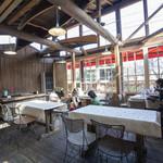 丸太小屋レストラン  びんずる - テラス席。ガラス窓も新設され気候の影響を受けないテラス席へと進化した様です。