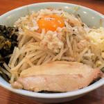 炊き出し豚骨ラーメン 脇や - 料理写真:汁なし900円、高菜、Twitterサービスで炒めもやし(表)