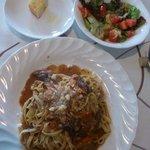 ラ・ペコラネーラ - 手打ちパスタ(牛スジ赤ワイン煮ソース)とランチセットのサラダ・パン(本当は2切)